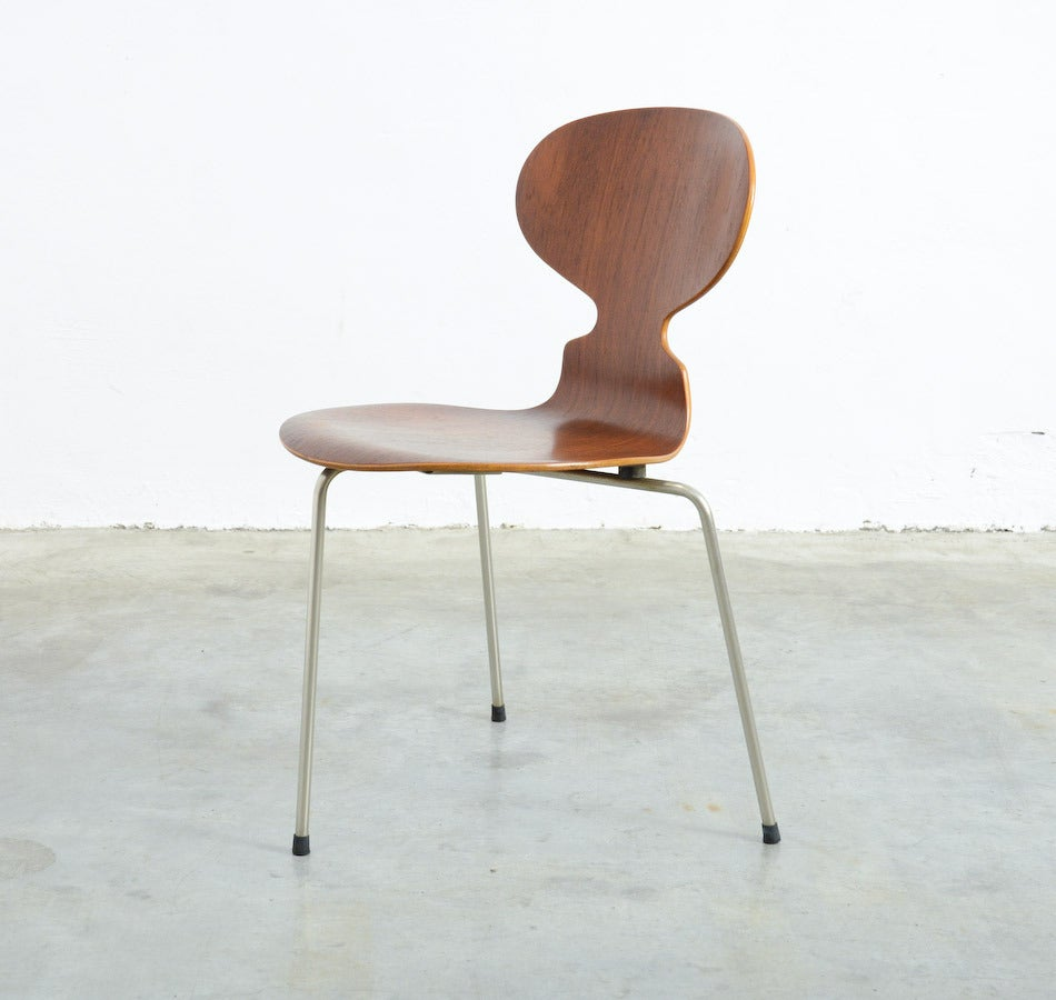 This very early three-legged model 3100 Ant chair was designed by Arne Jacobsen for Fritz Hansen in 1952.