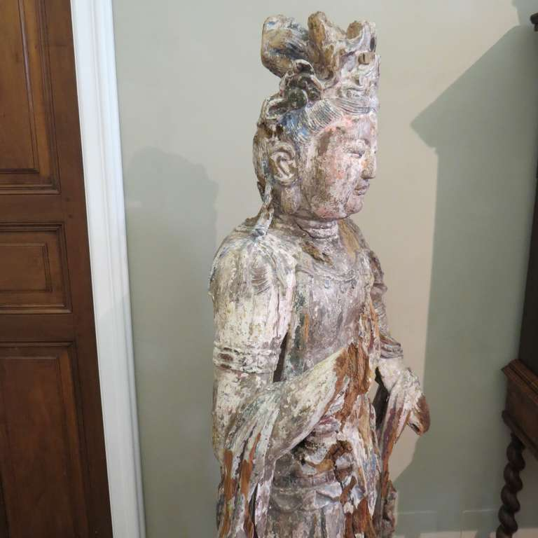 Standing Carved Wood Bodhisattva Avalokiteśvara, Guanyin, China, 1368-1644 In Distressed Condition For Sale In Torino, IT