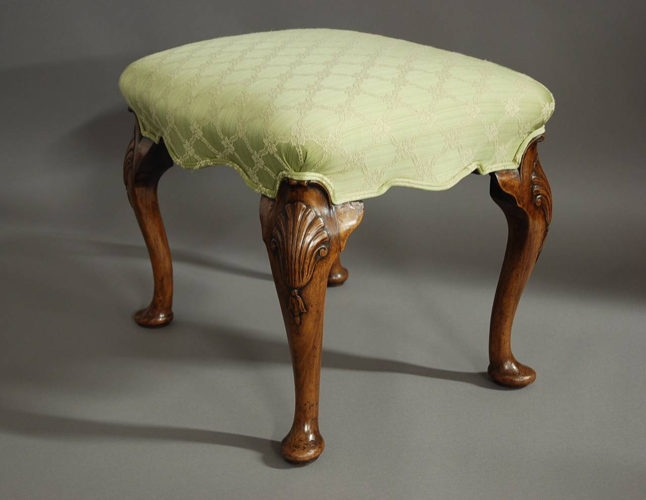 Walnut cabriole leg stool in the queen anne style at 1stdibs for Stile queen anne