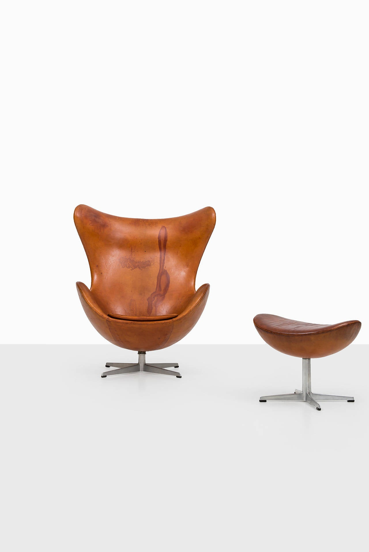 arne jacobsen egg chair in original cognac brown leather by fritz hansen at 1stdibs. Black Bedroom Furniture Sets. Home Design Ideas