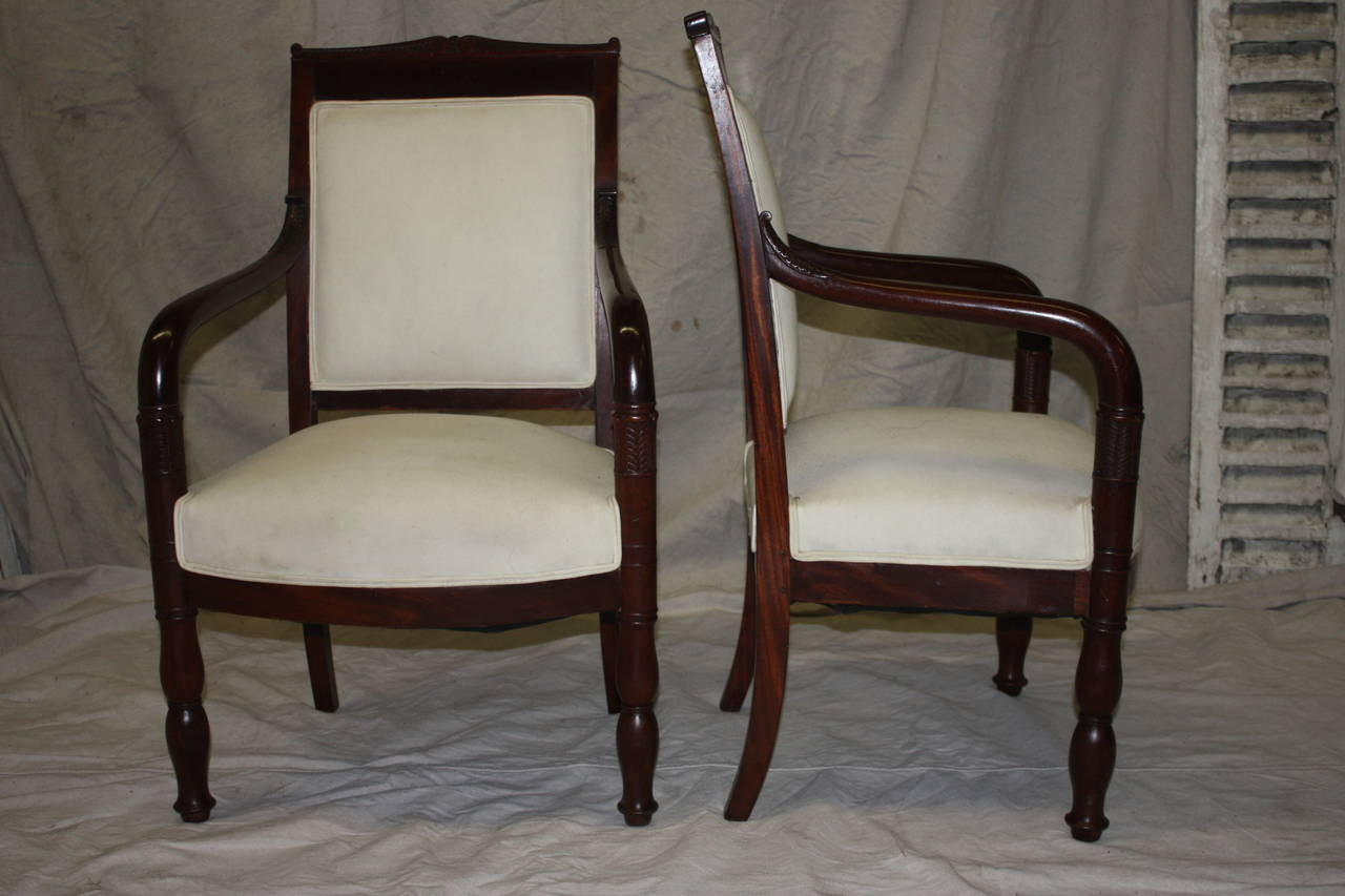Early 19th century pair of chairs. Built in the Restauration French period, the wood is entirely composed of mahogany, refine carved on the armrests.