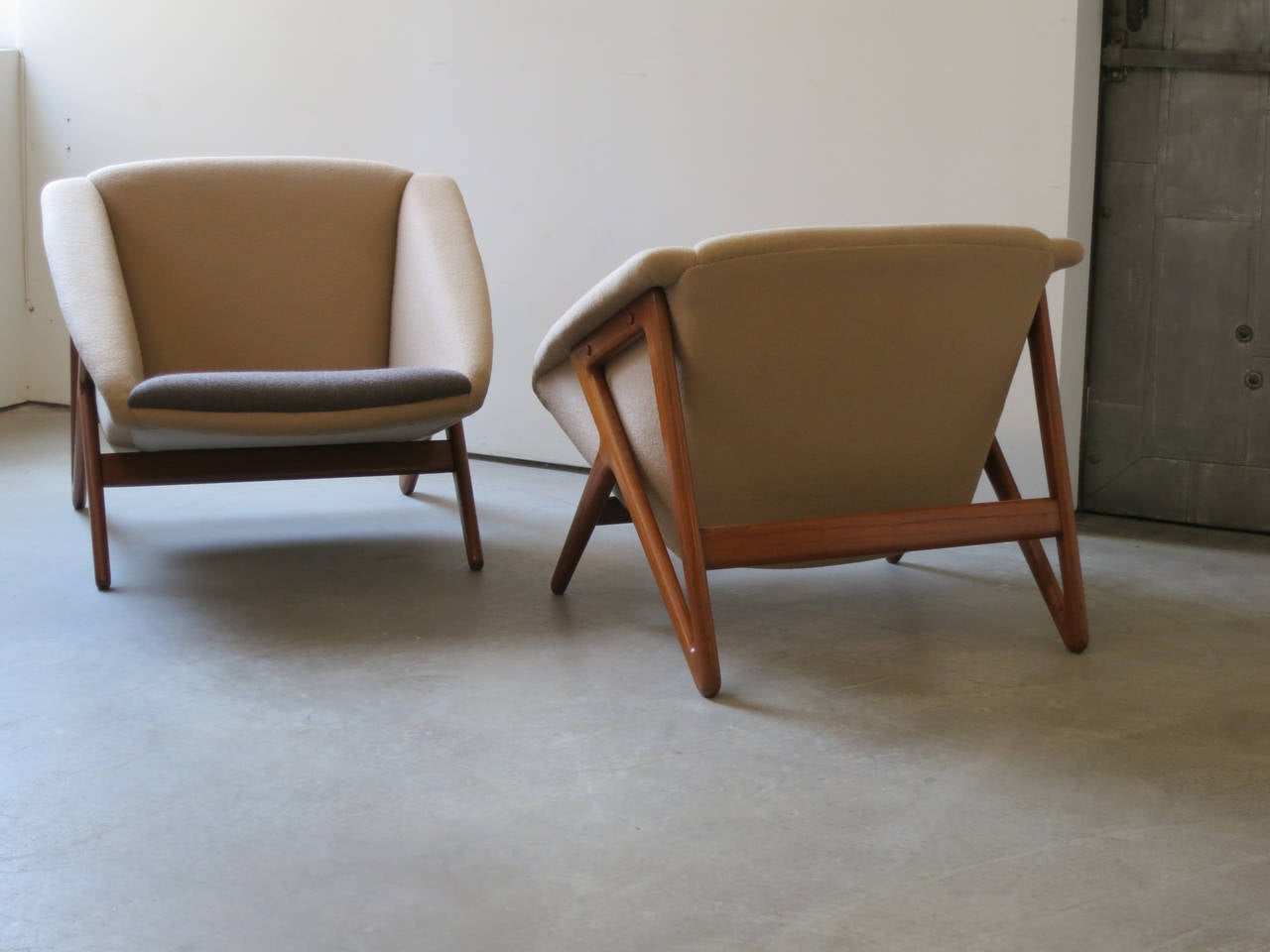 """Pair of """"Tipvogn"""" Chairs by H. Brockmann Petersen In Excellent Condition For Sale In New York, NY"""