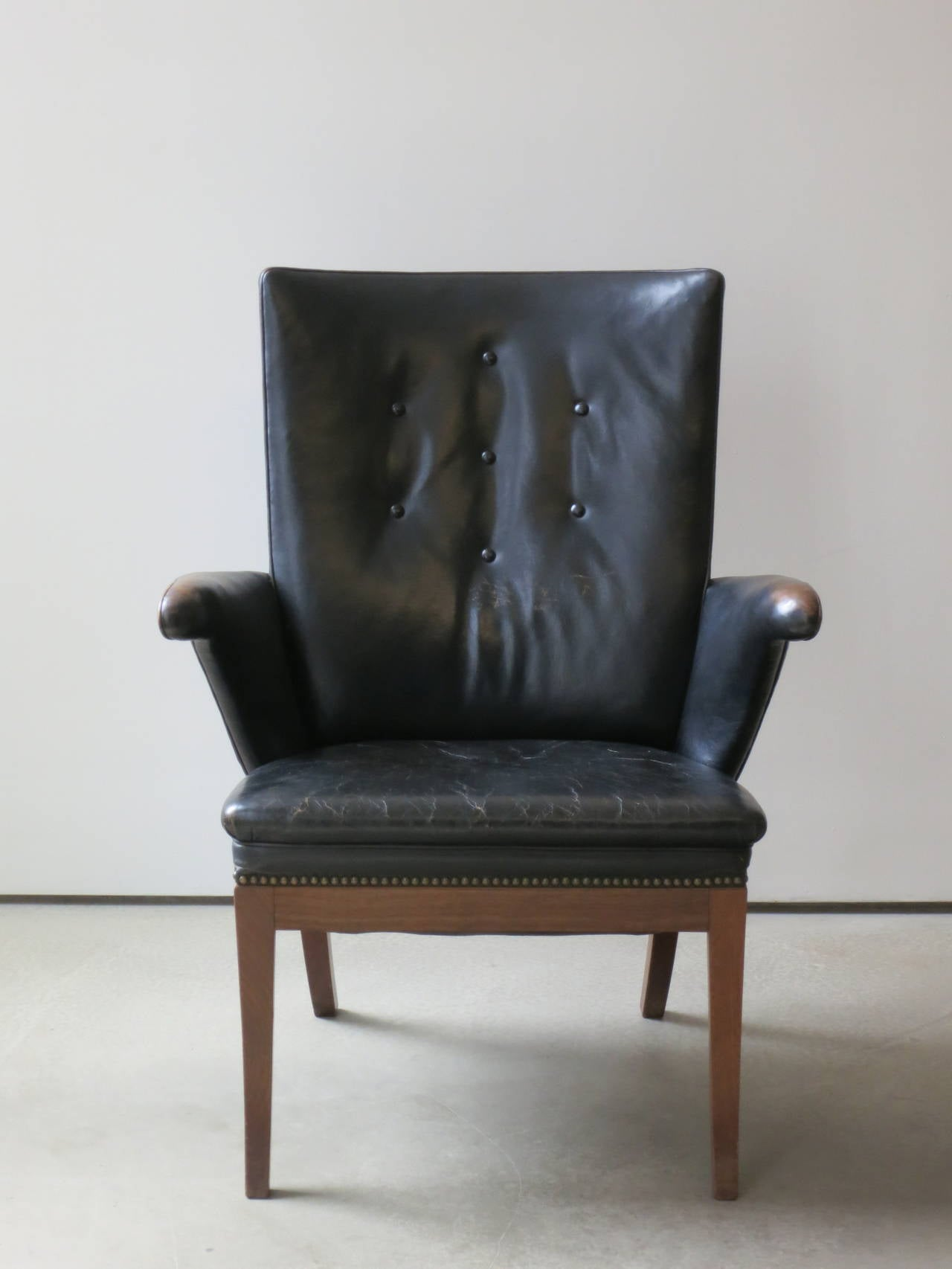 Armchair in Original Black-Brown Leather by Frits Henningsen, 1930s In Excellent Condition For Sale In New York, NY