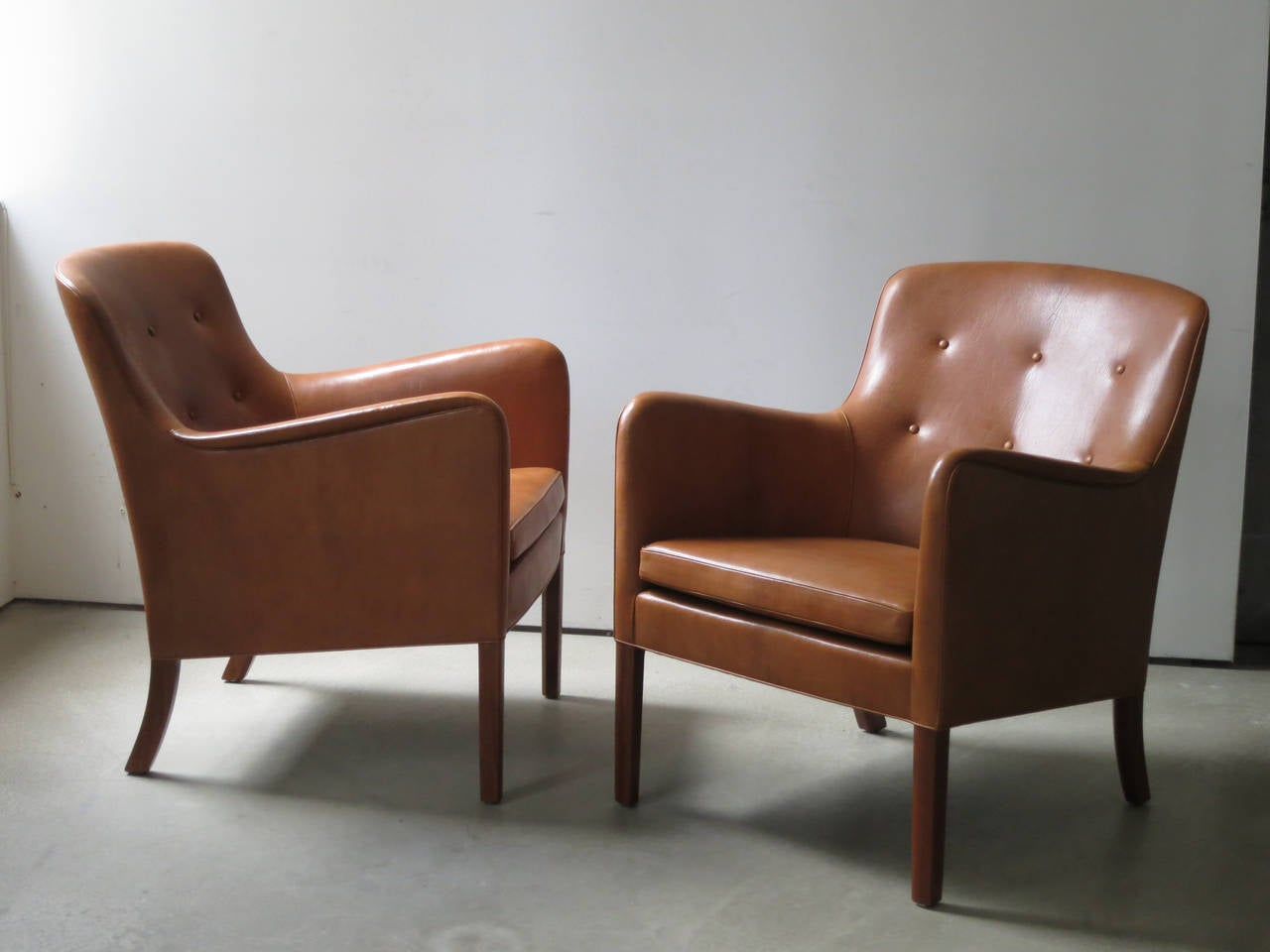 Pair of 1940s Lounge Chairs in Nigerian Leather by Ole Wanscher. This pair of elegant and comfortable lounge chairs in natural Nigerian goat hide was designed by Ole Wanscher and made by master cabinetmaker A.J. Iversen in the 1940s.