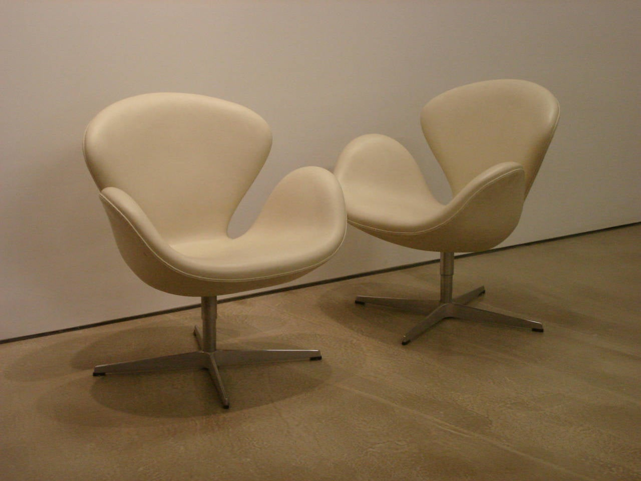 Pair Of Swan Chairs In White Leather By Arne Jacobsen At 1stdibs