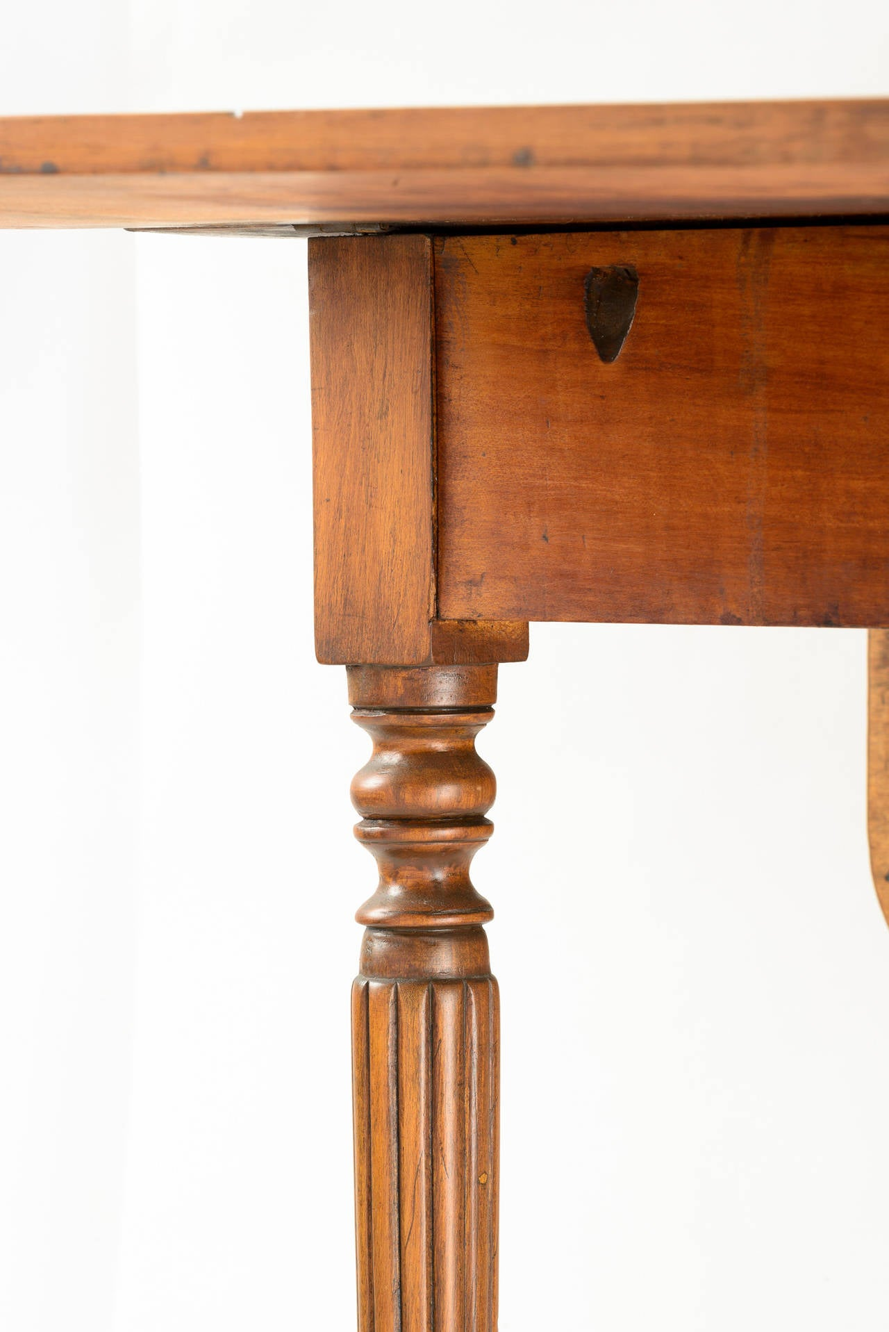 American Country Sheraton Gate Leg Table with Reeded Tapered Legs For Sale 2