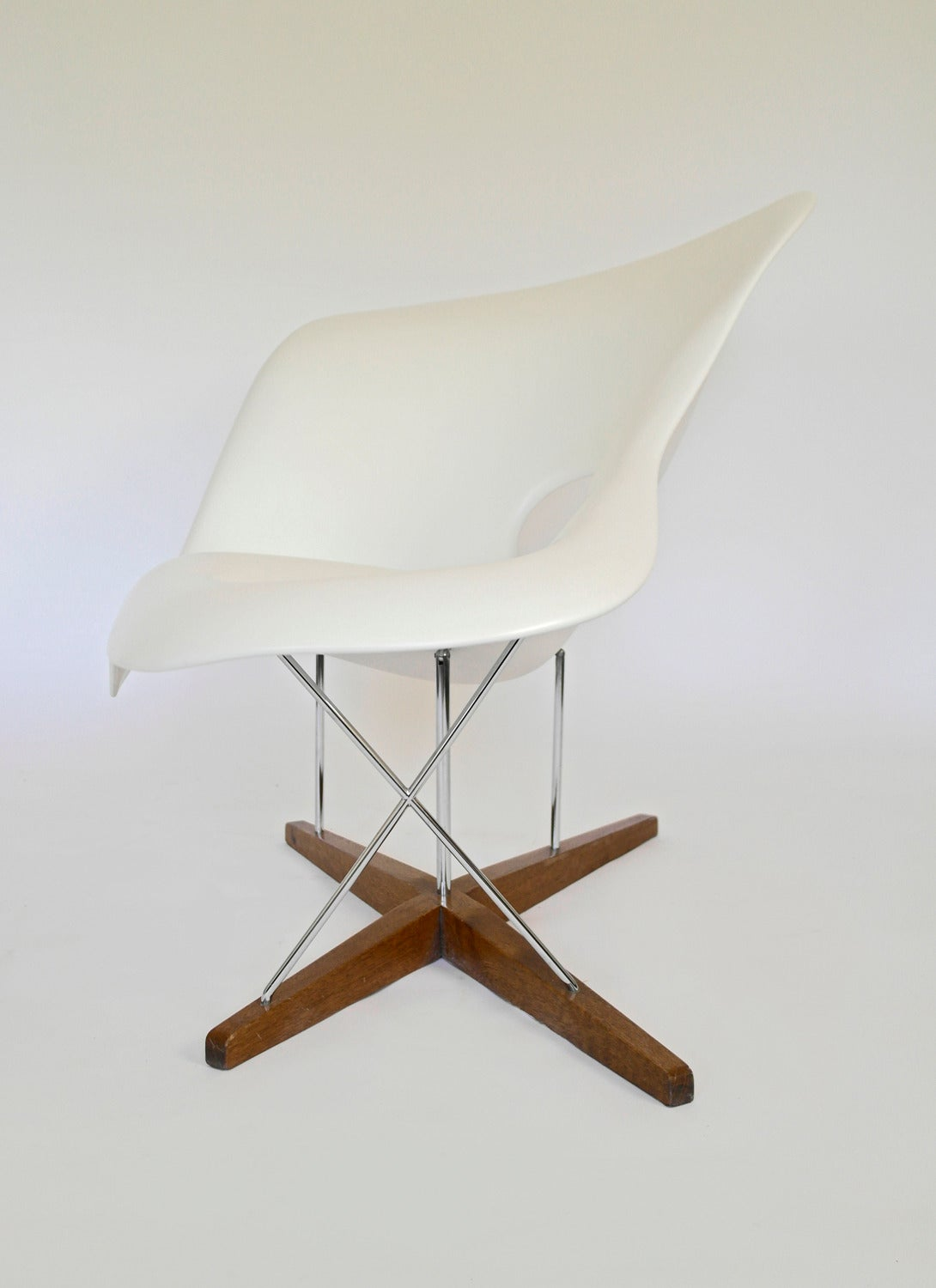 Vitra edition la chaise by charles and ray eames at 1stdibs for Chaise coque eames