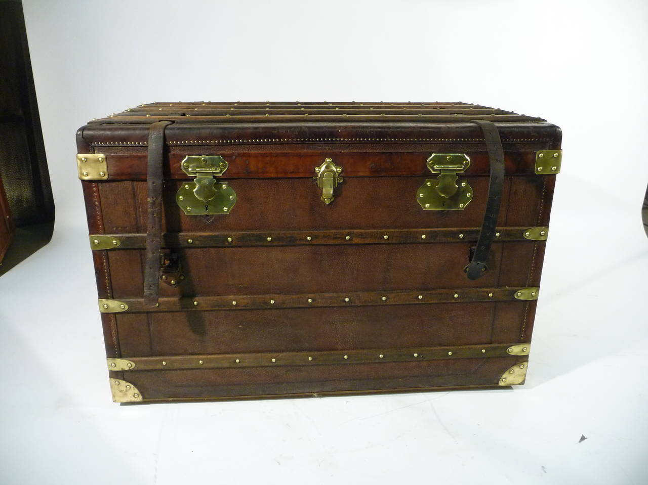 1920 39 s moynat leather steamer trunk malle cuir moynat at 1stdibs. Black Bedroom Furniture Sets. Home Design Ideas