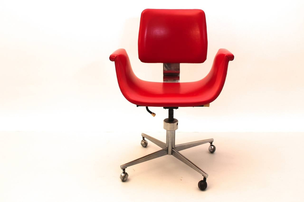 Mid-Century Modern Red Vintage Swivel Desk Chair, Italy, 1950 In Good Condition For Sale In Vienna, AT