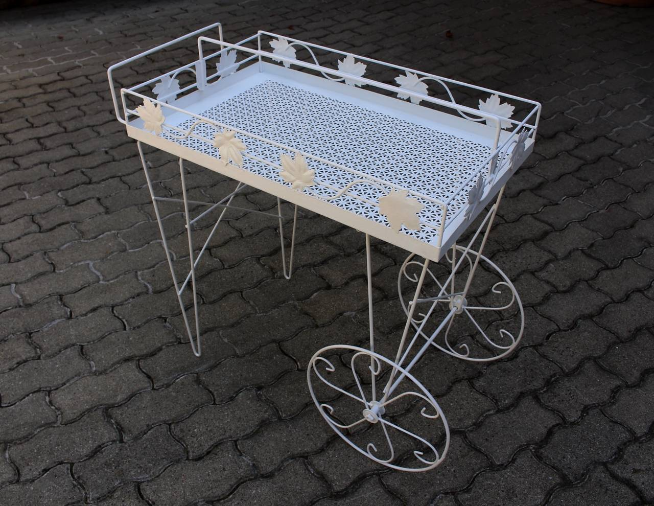 Mid Century Modern White Vintage Metal Bar Cart or Serving Table 1950s Italy In Good Condition For Sale In Vienna, AT