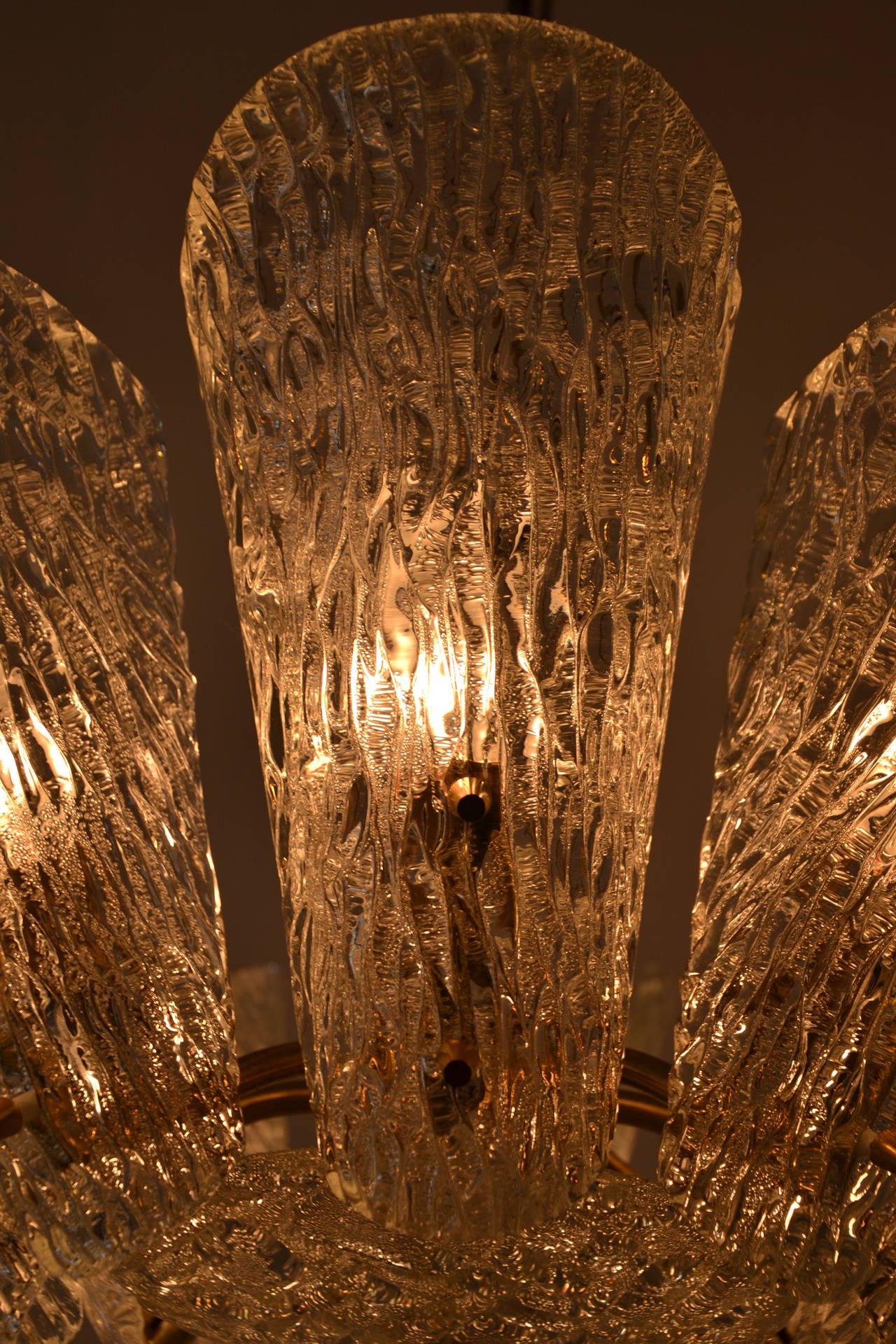 Kalmar Vienna Brass Chandelier with White Textured Glass Lamp Shades In Excellent Condition For Sale In Wien, AT