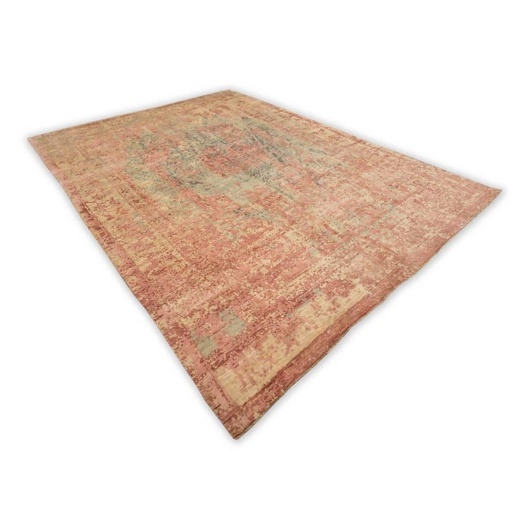 Contemporary rug made by hand in silk and wool. - Rug belonging to the abstract collection. - Design desestructurando the drawing of a Persian rug, made of silk in green and pink tones in various ranges of intensity. - Being handcrafted, its