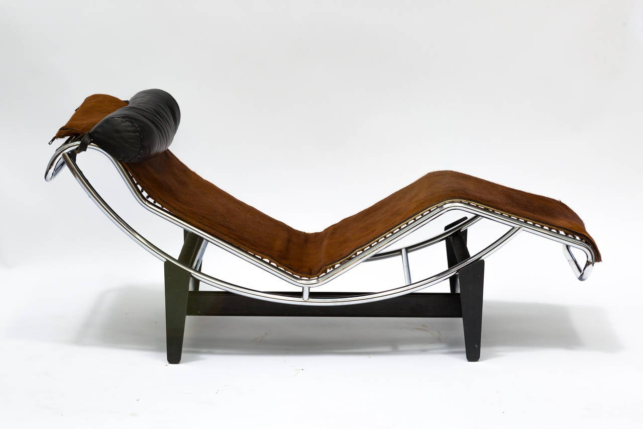 le corbusier lc4 chaise lounge chair in cowhide for sale at 1stdibs. Black Bedroom Furniture Sets. Home Design Ideas