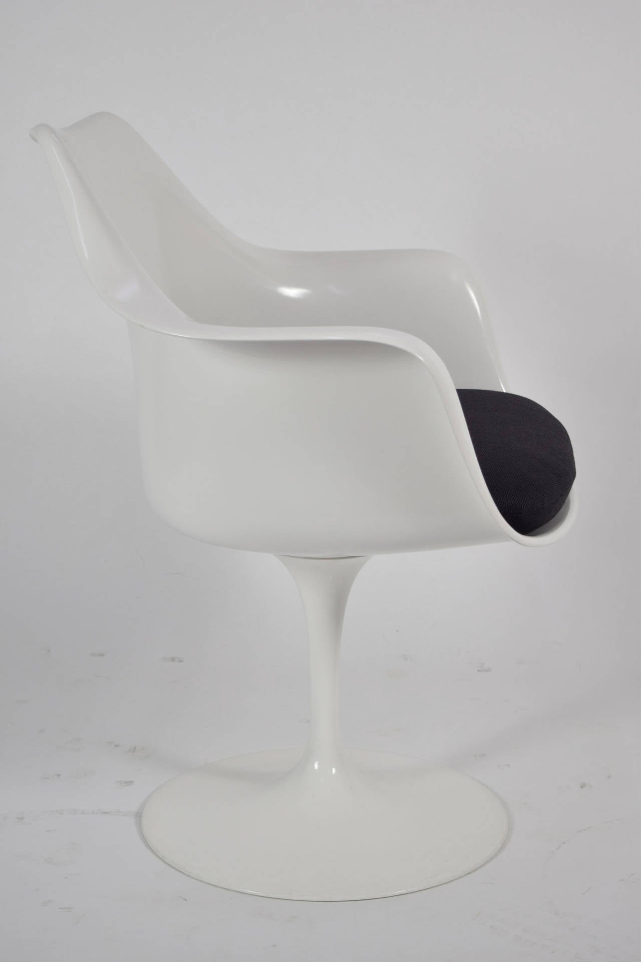 Set of four eero saarinen tulip arm chairs by knoll at 1stdibs for Eero saarinen tulip armchair