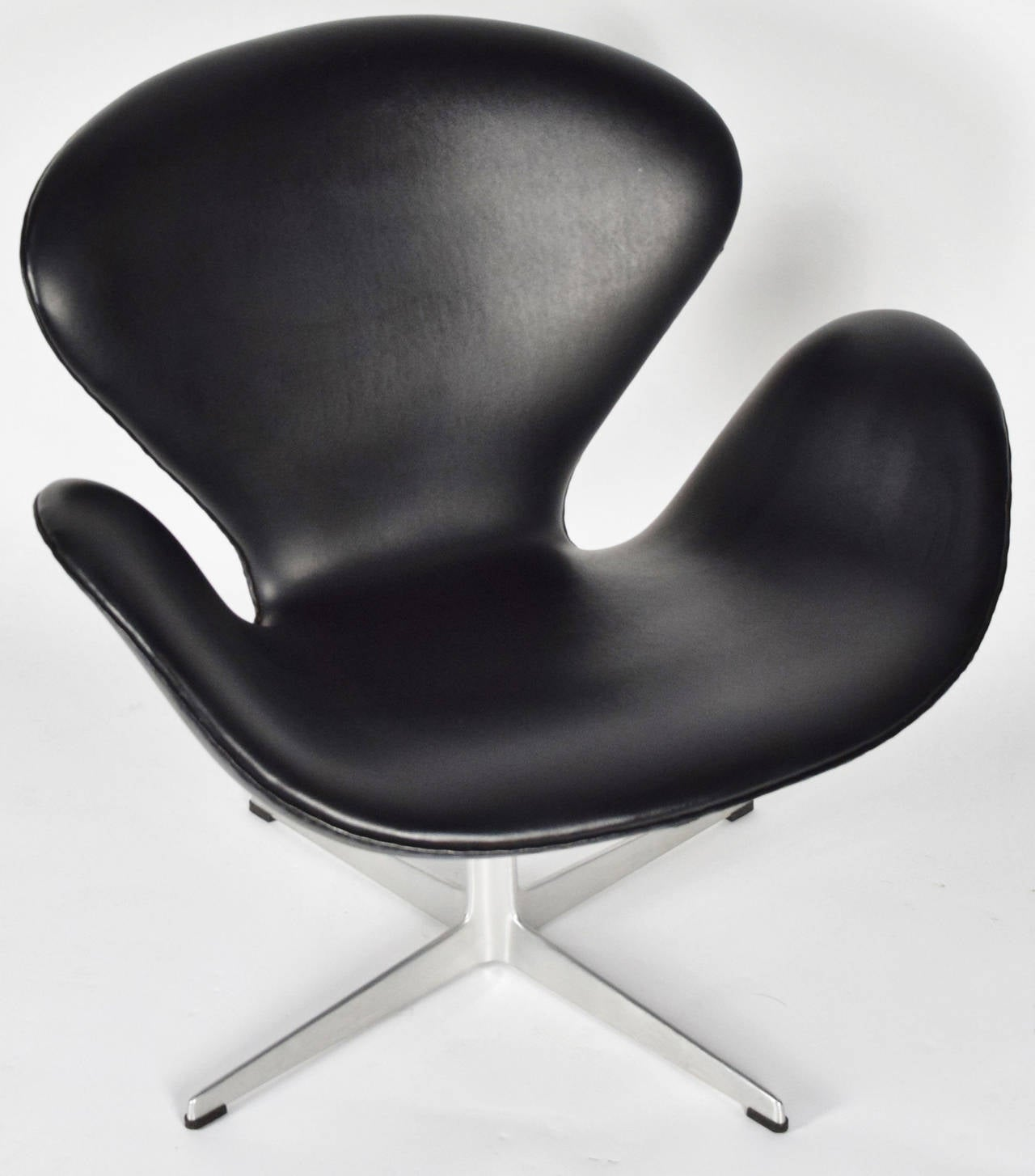 This arne jacobsen swan chair in cognac leather by fritz hansen is no - Arne Jacobsen Swan Chair In Black Vinyl By Fritz Hansen 3