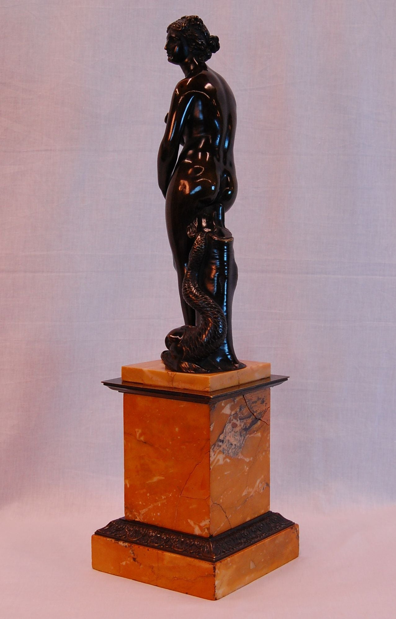 Bronze Venus de Medici with Dolphin of the Grand Tour, Late 19th Century In Excellent Condition For Sale In Pittsburgh, PA