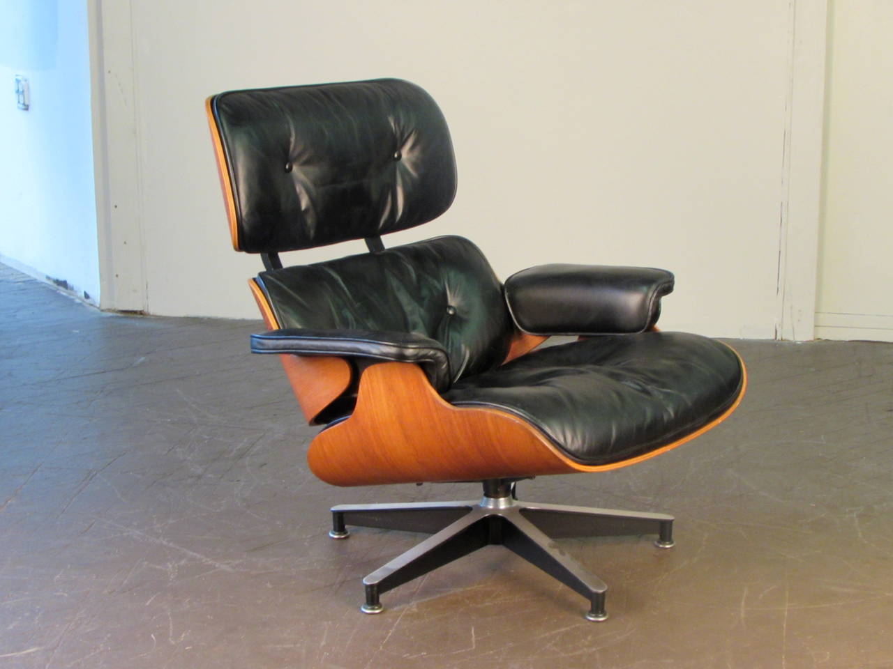 iconic 670 lounge chair by charles and ray eames for herman miller at 1stdibs. Black Bedroom Furniture Sets. Home Design Ideas