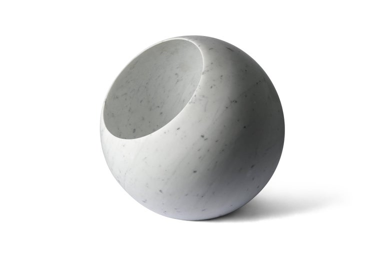 Urano, designed by Elisa Ossino for Salvatori, is a splendid sphere made from a Bianco Carrara marble cube that, thanks to its light, creates a warm and romantic atmosphere.   Available with a diameter of 18 and 30 cm as a table lamp or 50 cm as a