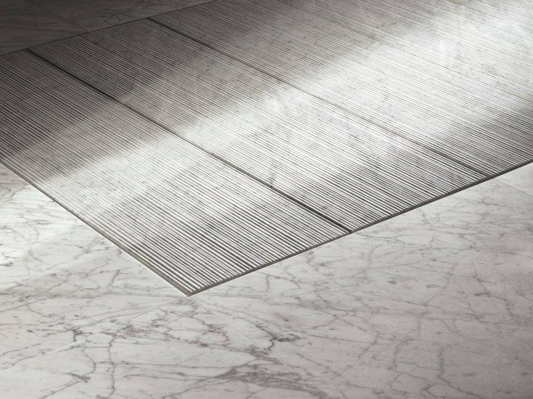 Modern Salvatori Filo Flush 3 / 100 Shower Tray in Bamboo Texture Bianco Carrara Marble For Sale