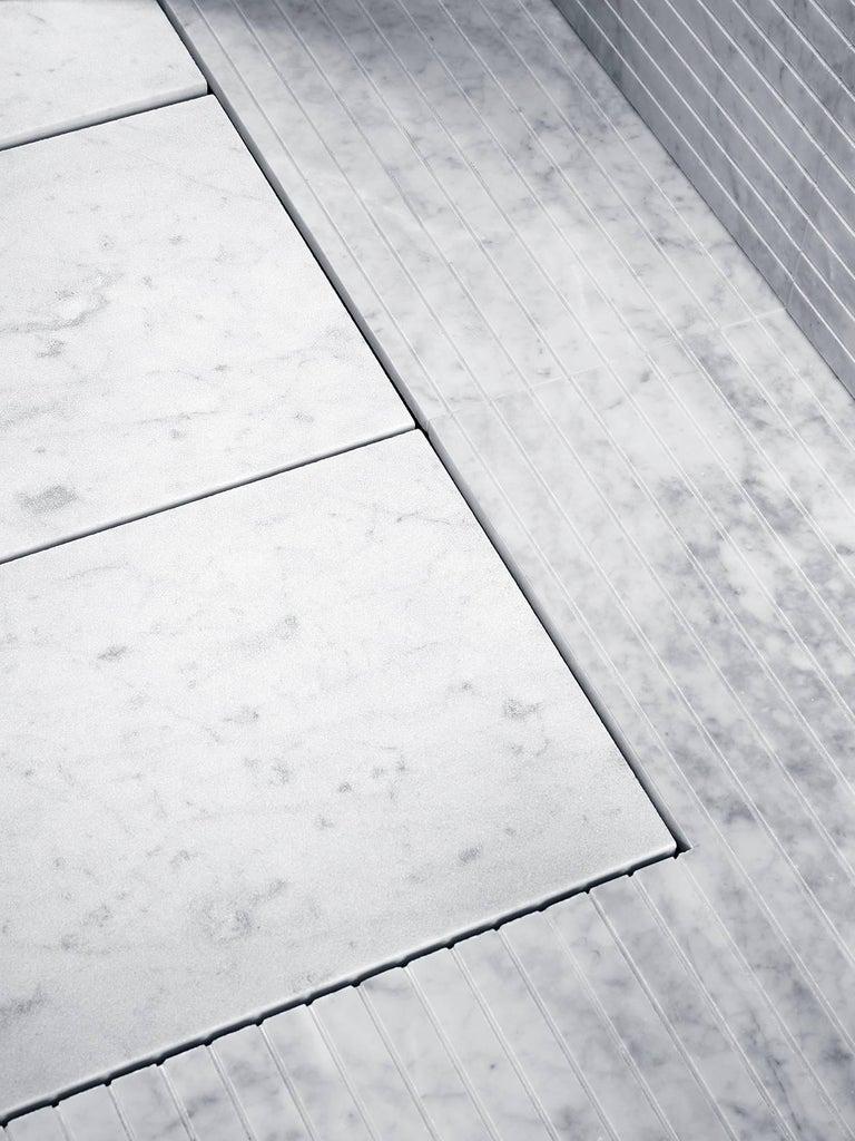 Modern Salvatori Filo Flush 3 / 100 Shower Tray in Sandblasted Bianco Carrara Marble For Sale