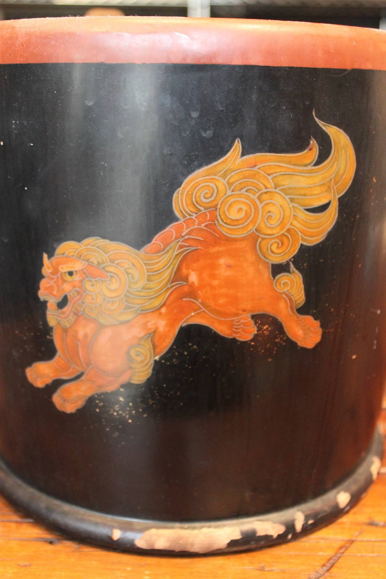Pair of Japanese Lacquer Hibachis Depicting Shi-Shi Dogs, Meiji Period For Sale 3