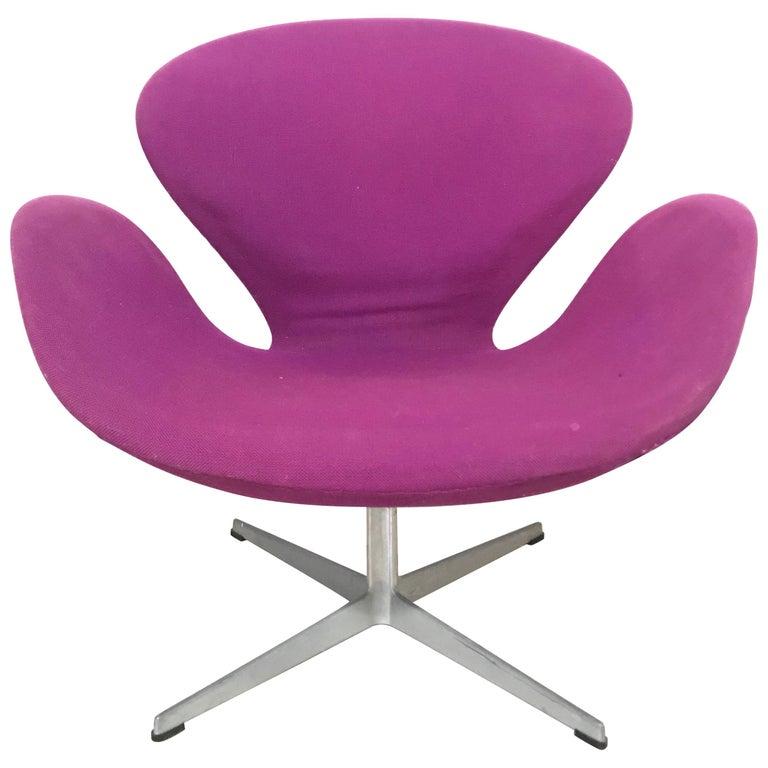 "Original Arne Jacobsen ""Swan"" Chair No. 7105 for Fritz Hansen"
