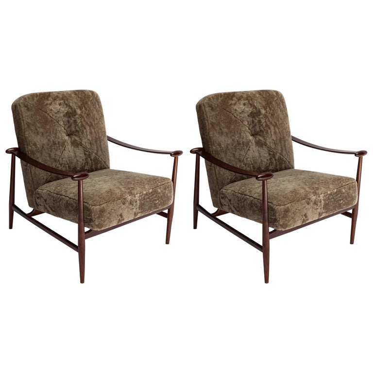 Pair of 1960s Liceu de Artes Brazilian Armchairs in Tan Sheepskin For Sale