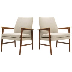 Pair of Danish Modern Lounge Chairs by Fritz Hansen