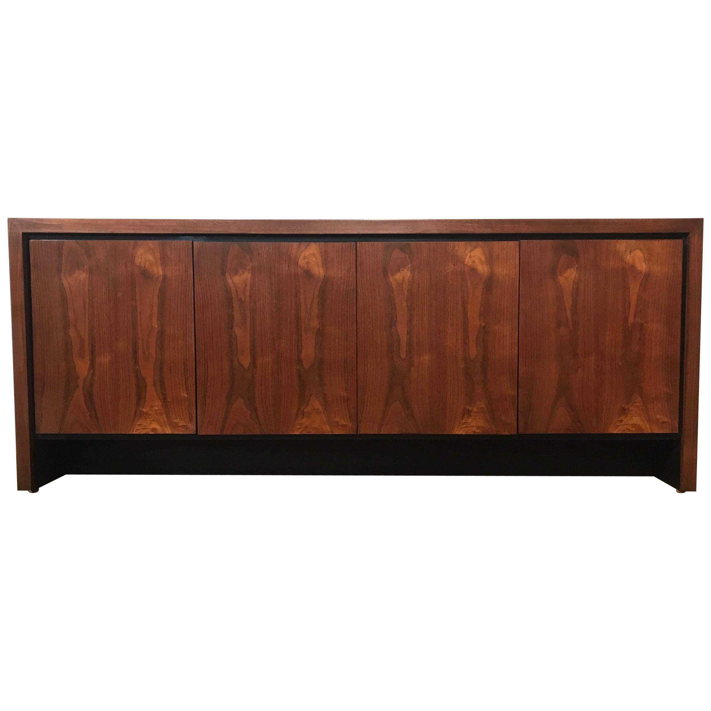 Charmant Mid Century Modern Walnut Buffet / Credenza By Dillingham For Sale