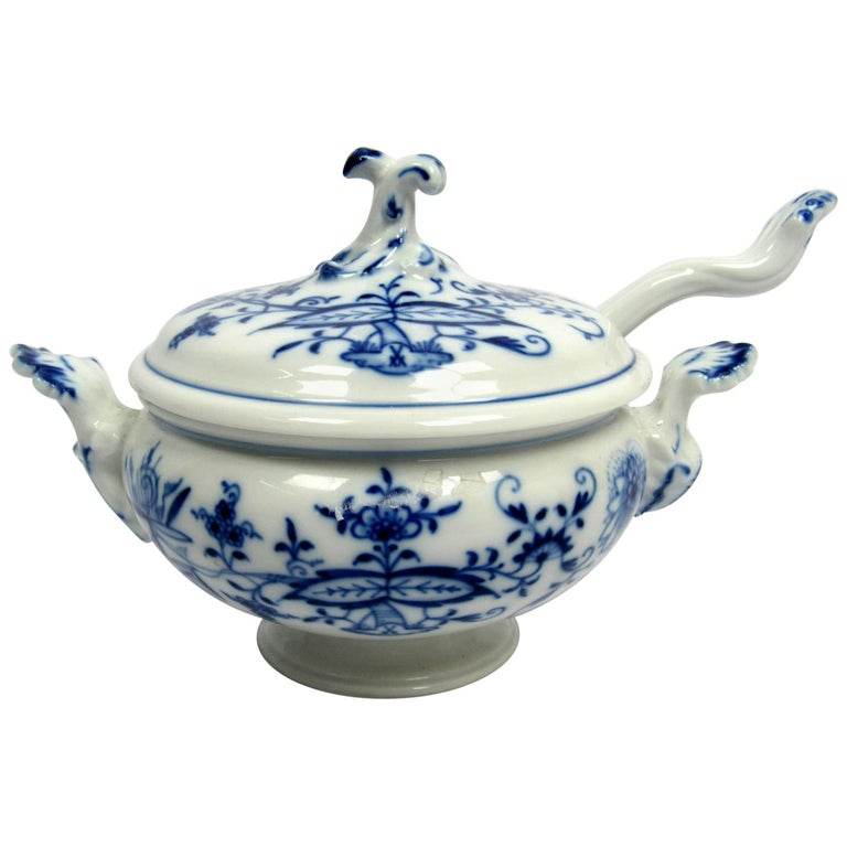 Mid-20th Century Blue and White Porcelain Petite Soup Tureen by Meissen