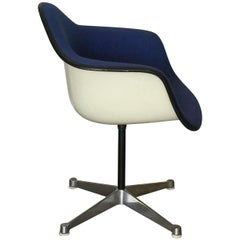 Impeccable Molded Swiveling Armchair by Charles and Ray Eames