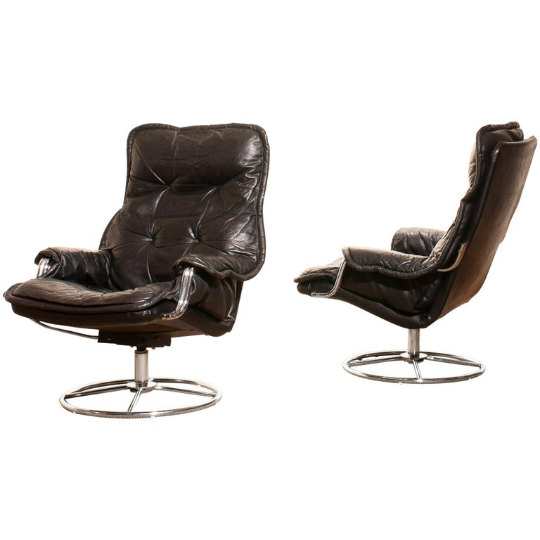 1970s Pair of Black Leather Swivel Chrome Steel Lounge Chairs, Sweden For Sale