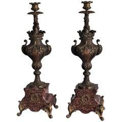 19. Jahrhundert Marmor paar hohe klassische Bronze Urne Kerzenständer auf Roter Basis