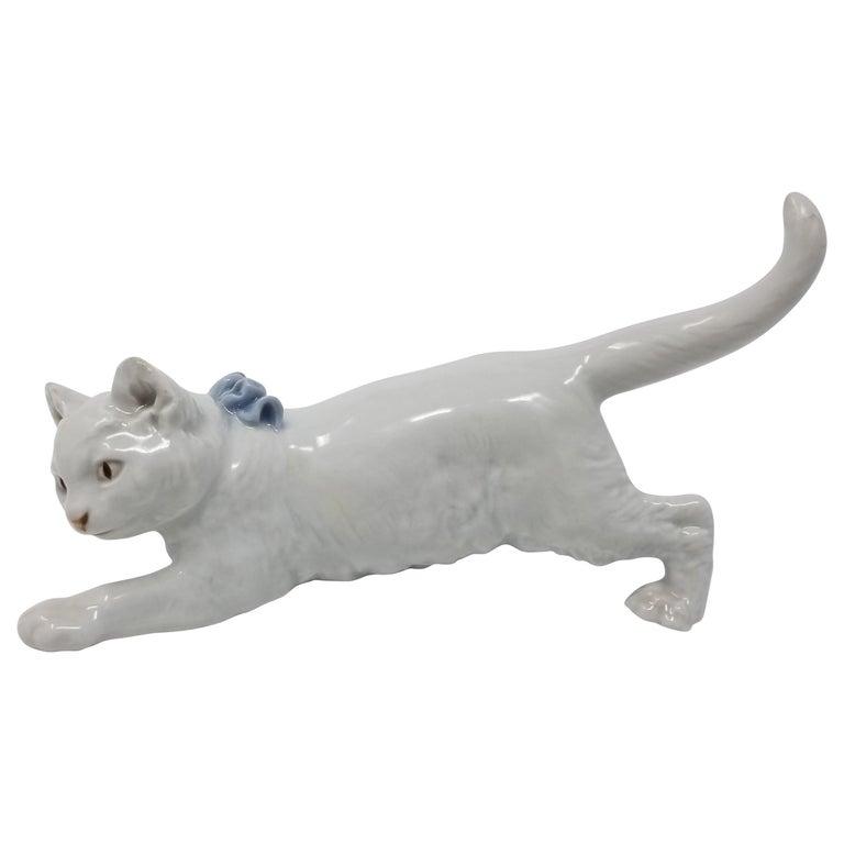 Meissen Model of a Crouching Kitten, German, Modeled by Otto Jarl, 1903 For Sale