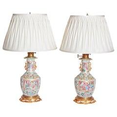 Ein Paar 19. Jahrhundert Chinesische Rosa Medaillon Vasen als Lampen umgebaut