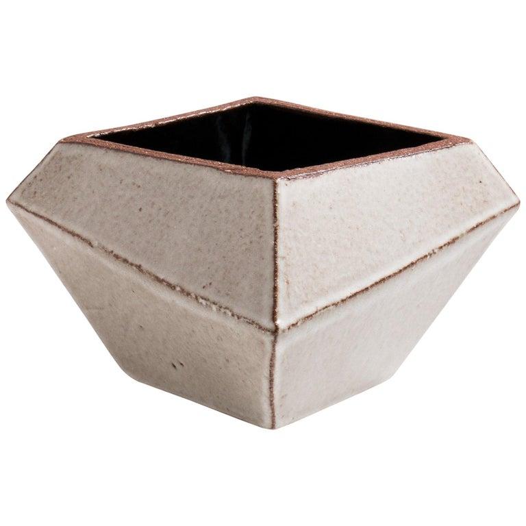 Facettiertes glänzendes graues und schwarzes modernes geometrisches Keramikgefäß 1