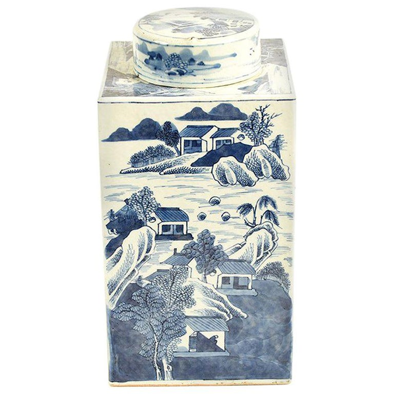 19th Century Chinese Kangxi Porcelain Tea Jar with Blue and White Underglaze For Sale