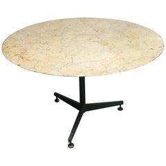 Mitte des Jahrhunderts Moderner Italienischer Lackierter Tisch mit Eisengestell und Marmorplatte, 1960er Jahre