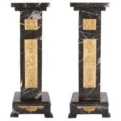 Zwei Art Déco Schwarze Marmor und Vergoldete Bronze Ständer