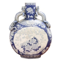 20. Jahrhundert Chinesische Handbemalte Vase in Keramik Blau und Florale Motive