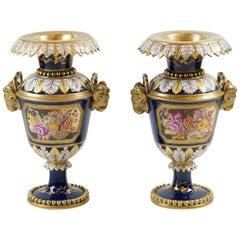 Paar Sèvres-Stil französische Porzellanvasen in Kobaltblau mit handgefertigten Dekor