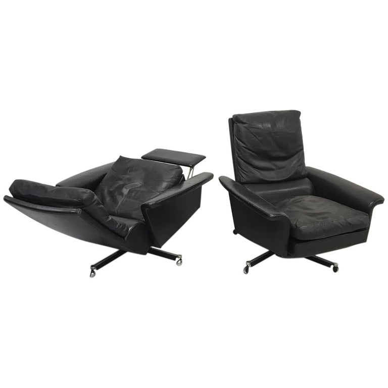 Pair of 1960s Mid-Century Modern Black Leather Reclining Lay-Z-Boy Lounge Chairs For Sale