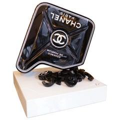 Kanister Chanel Nr. 5 Schwarze Skulptur auf Basis, Kunststück, Limitierte Auflage