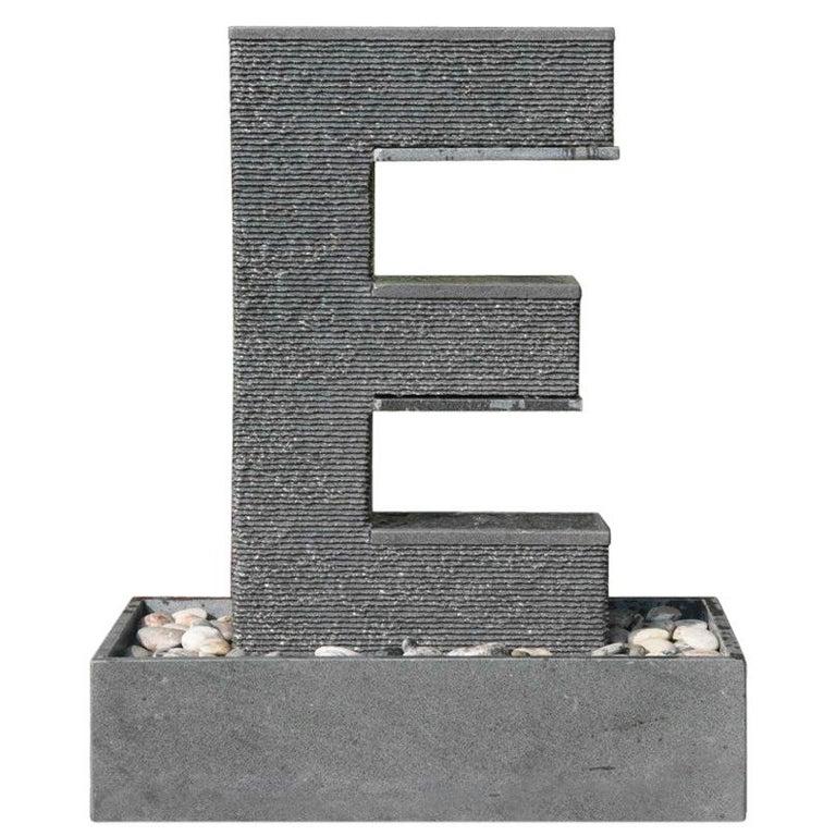 Fuente Moderna Realizada en Granito Negro Con Base Rectangular For Sale