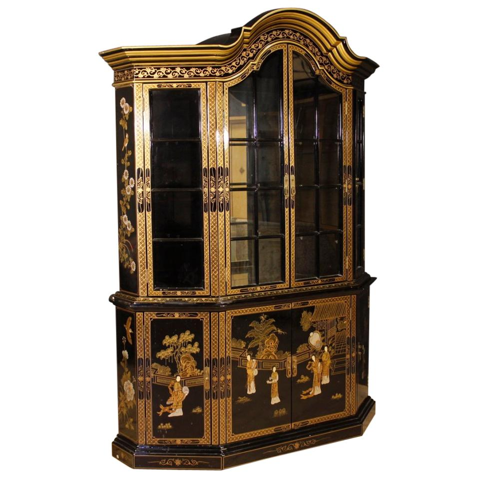 20th Century Black Lacquered And Painted Chinoiserie Wood French Display  Cabinet For Sale