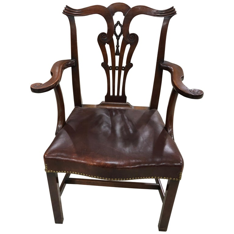 Set of 8 Chippendale Style Dining Chairs in Mahogany with Leather Seats For Sale