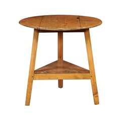 English 1880s Pine Cricket Table with Blond Patina and Lower Triangular Shelf
