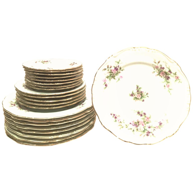 Mid-20th Century Japanese Porcelain and 22-Karat Gold Dinnerware S/22 by, Japan For Sale