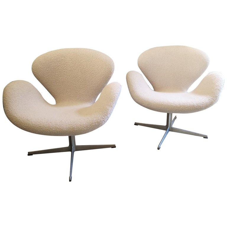 Pair of Arne Jacobsen Swan Chairs for Fritz Hansen For Sale