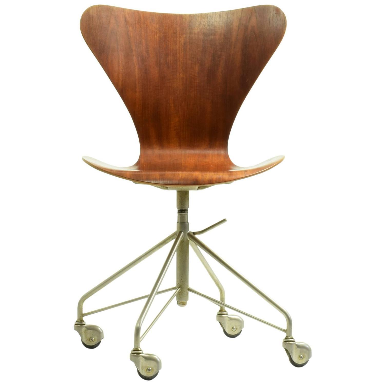 Arne Jacobsen Model 3117 Desk Chair 1955 For Sale at 1stdibs
